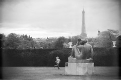 Petit Parisien (Federica Mu ) Tags: bw paris childhood child toureiffel enfant lightness oldpostcard infanzia spensieratezza jardindulouvre