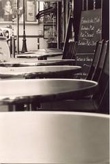 Caf parisien / Parisian cafe (Yves Duchamps) Tags: paris monochrome blackwhite cafe terrasse tables