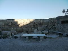 Athnes, Grce: le mur d'enceinte prs de l'rechthion (Marie-Hlne Cingal) Tags: bench athens greece acropolis grce banc acropole athnes villehaute  athna elldha hells      athnai collinesacre