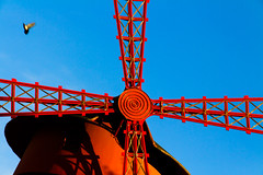 Tir au pigeon / Pigeon shooting (fidgi) Tags: blue red sky paris bird windmill canon rouge pigeon bleu ciel lemoulinrouge canoneos7d