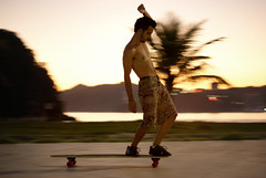 Hang five (Thiago Souto) Tags: man motion guy sport movement freestyle skateboarding sony extreme santos skate longboard skateboard radical skater movimento alpha panning homem esporte xtreme rapaz skatista manobra baixadasantista josémenino quebramar hang5 emissáriosubmarino jardimdapraia hangfive moço rafaelmoreira α230