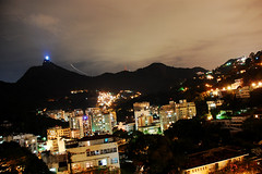 (lincoln koga) Tags: city sky rio riodejaneiro night dark nikon time frias cu cristoredentor corcovado exposition observe lincoln noite urbano luzes nublado cristo asfalto passeio testes anoitecer momentos experincias longaexposio cidades viso concreto refresco koga cinzas 2011 encontros olhe explorando chamado d40 amodemais vistadorio 18135mm euvejo lincolnkoga contemple euencontro lincolnseijikoga voudescobrindo vouexplorando voucaminhando laranejiras entreosbrilhos amoessacidade tempodedescanso pelajanelas derradeiraestao queroversuabatucada maismaduro maisseletivo criterioso
