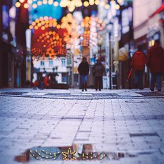 The stars are the street lights of eternity. (www.juliadavilalampe.com) Tags: christmas street city people urban reflection stars puddle lights navidad agua bokeh streetphotography enero reflejo getty gettyimages verden januar charco juliadavila juliadavilalampe