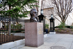 รูปปั้นจอร์จ  วอชิงตันตั้งอยู่หน้าทางเข้ามหาลัย