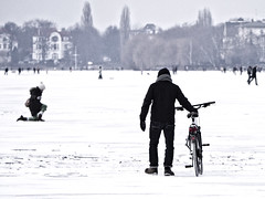knee down and pray to the bikegod (redstarpictures) Tags: winter lake snow ice weather bike bicycle river germany deutschland frozen knee kalt eis schee could fahrrad wetter norddeutschland aussenalster stgeorg knien zugefroren alsterlake alser hamburgstgeorg outeralsterlake alstereis fahrradgott bikegod