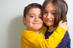 _DSC2934 (ivanalonsorivero) Tags: flash fondoblanco amarillo imprimir bonitas estudio ivan juntos noelia ismael lorena casa retrato