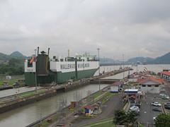 """Canal de Panama: ce bateau vient de Suède (Stockholm plus précisément). Regardez bien la taille du bateau par rapport aux voitures et aux bâtiments. Impressionant non ? ;) <a style=""""margin-left:10px; font-size:0.8em;"""" href=""""http://www.flickr.com/photos/127723101@N04/27334174855/"""" target=""""_blank"""">@flickr</a>"""