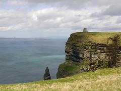 Les falaises de Moher, comté de Clare en République d'Irlande (Annelise LE BIAN) Tags: mer jaune eau clare bleu cliffsofmoher nuages paysages irlande falaises nwn alittlebeauty îlesdaran fantasticnaturegroup tourobrien