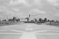 Santa Clara, Cuba (Manuel Blayo) Tags: bw film 35mm cuba mausoleum santaclara hp5 ilford cheguevara mausoleo canonet28