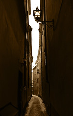 As if time stood still (DameBoudicca) Tags: lamp lampe alley streetlight sweden stockholm schweden lampa gamlastan sverige ruelle altstadt vicolo oldtown narrow suecia lmpara illuminazione luminaire callejn sude vieilleville svezia grnd rverbre ciudadvieja alumbradopblico gatlykta strasenbeleuchtung helgalekamensgrnd holybody helgelycamagrendh helgalekamen lekamegrnden lillagrmunkegrnd