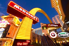 M35534_McDonalds-Strip_Las-Vegas (aamengus) Tags: usa restaurant us arch unitedstates lasvegas nevada fastfood wideangle mcdonalds strip thestrip etatsunis efs1022mmf3545usm eos7d