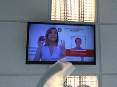 """San José: télé au plafond chez le dentiste et comme le patient est roi, c'est lui qui choisit les chaînes <a style=""""margin-left:10px; font-size:0.8em;"""" href=""""http://www.flickr.com/photos/127723101@N04/26254584533/"""" target=""""_blank"""">@flickr</a>"""