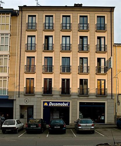 Vista frontal de la fachada principal del edificio