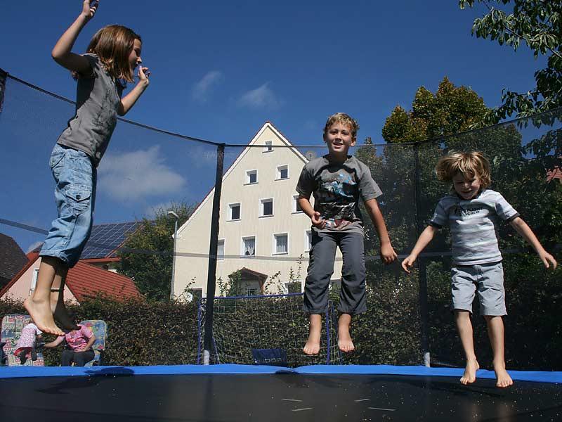 Lindenhof Hausmann - Kinder auf dem Trampolin