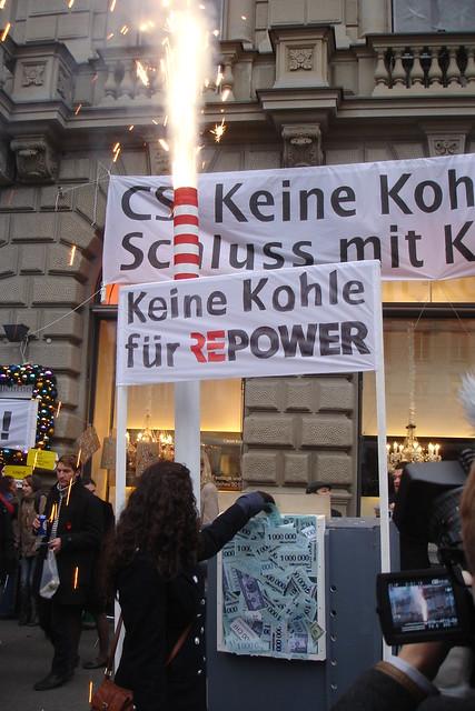 Kohlekraftwerk-keine-Kohle-fuer-Repower-Hochformat-Bankerin-wirft-Geld-ein-2011-12-03