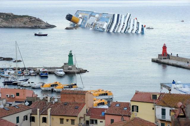 COSTA CONCORDIA, la nave di lusso da crociera ribaltata al largo della costa italiana