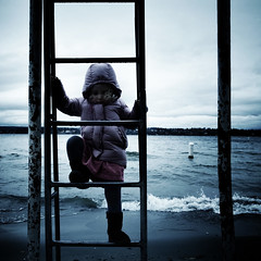 (sparth) Tags: seattle blue beach washington daughter climbing washingtonstate vagues iv plage ricoh grimpe echelle bleachbypass 2011 grd ricohgrdiv