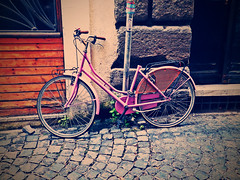 Where's my saddle? (Orzaez212) Tags: street pink bike vintage transport bicicleta olympus rosado
