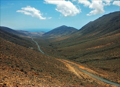 Barranco de los Canarios - Fuerteventura (JLL85) Tags: blue sky españa mountains azul way landscape islands camino carretera fuerteventura valle paisaje canarias cielo valley canary scape isla islas barranco montañas