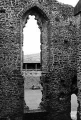 Rhamant yng Nghastell Caerffili (Rhisiart Hincks) Tags: duagwyn gwennhadu blackandwhite zuribeltz blancetnoir zulo trou twll toll toull hole adfail adfeilion ruin ruins dismantr dismantroù hondakin hondakinak tobhta castell kastell castle caisteal gaztelu caerffili caerphilly kembra wales cymru kembre gales galles 威爾斯 威尔士 wallis uels kimrio valbretland 웨일즈 велс gallas walia เวลส์ morgannwgganol morgannwg midglamorgan glamorgan gothig gothic gotek cariadon lovers amourouzien suirghein leannáin maitaleak fothrach ballóga blancinegre dubhagusgeal dubhagusbán bw pensaernïaeth arkitektura architecture adeiladouriezh tisavouriezh ailtireachd ailtireacht pennserneth