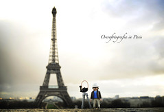 Me & Paris (Perolo Orero - www.orerofotografia.com -) Tags: light paris france tower art luz valencia toy photography yahoo google nikon torre photographer arte eiffel manuel click francia fotgrafo playmobil juguete pero fotografa krop orero orerofotografia wwworerofotografiacom