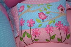 Almofada da  Yasmin... (Maria Sica) Tags: flores pillow patchwork borboletas costura aplique passarinhos patchcolagem apliqu protetordebero decoraodebeb almofadaempatchwork patchworkbaby casinhasdepassarinho protetordeberoempatchwork