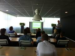 Er wordt aandachtig geluisterd naar Mark Damman van DSMI  tijdens de workshop over Social Media (d-Tail Company) Tags: media social company workshop dtail dsmi