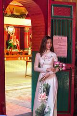 Chinatown Temple #1 (Joe Le Merou) Tags: flowers white girl canon temple chinatown vietnamese dress traditional young vietnam 35 saigon hochiminhcity cholon aodai quanam odi canon600d
