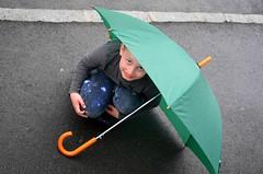 Vihmailm : ) (anuwintschalek) Tags: street rain umbrella austria spring strasse may sidewalk niedersterreich regen frhling parapluie vihm kevad regenschirm 2016 wienerneustadt lapsed tnav gehsteig d7k vihmavari knnitee nikond7000 18140vr
