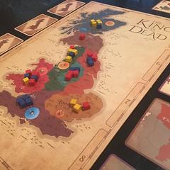 The King is Dead - เกมต่อสู้แย่งชิงอิทธิพลในเกาะอังกฤษสมัยโบราณ อารมณ์เหมือนเล่นเวอร์ชั่น 45 นาทีจบของ Liberte แต่ละตาแค่เลือกว่าจะผ่านหรือลงไพ่แอ๊กชั่น เสร็จแล้วก็หยิบก้อนอิทธิพลหนึ่งก้อน (ทั้งหมดมีสามสี สะท้อนการแก่งแย่งระหว่างสามฝ่าย) จากจังหวัดไหนก็ได