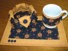 mug rug + cestinha de biscoitos (Zion Artes por Silvana Dias) Tags: caf quilt craft boto patchwork cozinha caneca xcara ch cesta mugrug tecidoimportado tapetedecaneca zionartes