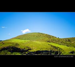 Birdlings Flat, New Zealand (josefrancisco.salgado) Tags: newzealand sky cloud verde green grass clouds flora nikon hill canterbury cielo nz nubes southisland nikkor peninsula bankspeninsula nube loma pennsula birdlingsflat islasur kaitoretespit d3s 2470mmf28g tewakaoaoraki