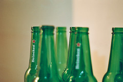 toile (Mateus Hidalgo) Tags: red verde green film beer vidro heineken rouge pentax k1000 kodak vert vermelho pentaxk1000 cerveja filme garrafa bire verre bouteille proimage100 50mmf2