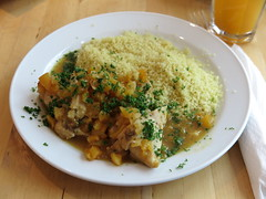 Hhnchenbrustfilet mit Dattelfllung in Aprikosen-Orange-Sauce zu Couscous (im Rosendahls in Osnabrck) (multipel_bleiben) Tags: essen gastronomie obst geflgel