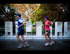 ~ ceci est une oeuvre ~ (olivier-duval) Tags: voyage nyc newyorkcity trip ny newyork rouge novembre 150 bleu madisonsquarepark jogger flou 2011 2470 coureur poselongue flout 5dmarkii 5d2 5dii