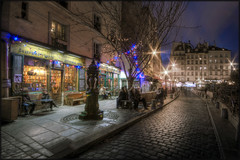 Shakespeare&Co (Scape) Tags: city travel blue light sky urban paris france building tourism monument fountain architecture canon dawn twilight long exposure nightshot dusk library wide large panoramic hour wallace arrondissement fontaine hdr shakespeareco librairie haussman