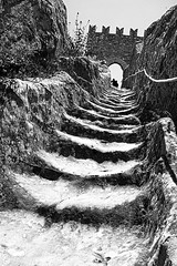 Un fiume di scale (Francesco Lo Presti) Tags: bw italy muro scale italia torre arte monumento roccia pietra turismo castello arco merli medioevo sicly corda scaloni attrazione reggimano