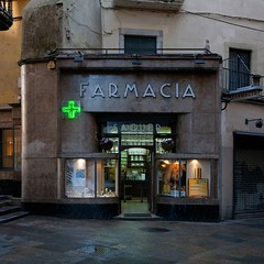Farmacia (Julio López Saguar) Tags: light españa verde green luz shop facade spain cross girona tienda cruz catalunya fachada cataluña gerona farmacia juliolópezsaguar
