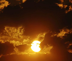 O Sol para Quarta Sunset! (Explore 07/02/2012) (mara zocolotte) Tags: light sunset orange sun sunlight luz sunshine yellow solar shadows brilho sunsetwednesday astrorei quartasunset mygearandme diadosol