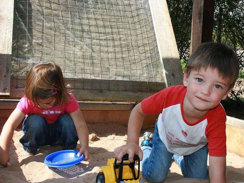 Ferienwohnungen Miehling - Kinder im Sandkasten