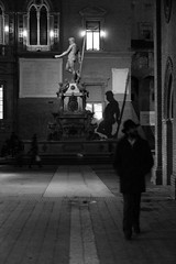 tra i gatti che non han padrone (Antonio_Trogu) Tags: street shadow blackandwhite bw italy sculpture man fountain monochrome hat blackwhite italia ombra streetphotography bn uomo bologna fontana statua cappello piazzamaggiore nettuno palazzodaccursio palazzodireenzo antoniotrogu emiliatomagna