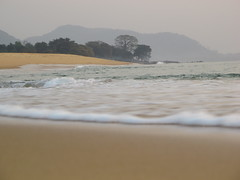 Wave Waves Welle Wellen Meer Ocean Sea Sierra Leone West Africa (hn.) Tags: ocean africa sea copyright mountain mountains beach water berg strand coast sand heiconeumeyer meer wasser waves hill wave atlantic berge sl sierraleone salone westafrica afrika ufer peninsula atlanticocean welle slope westafrika kste sandybeach afrique slopes wellen atlantik sandbeach copyrighted atlantique hgel ozean sandstrand halbinsel afriquedelouest atlantischerozean johnobey