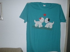 camiseta customisada (wilma.romano) Tags: camiseta customisao aplique customisada travesseiro pbeb o 1 fechado e 2 aberto sandalha havaianabordade pedraria macramefitas customisadas