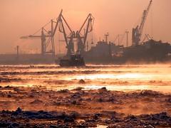 Es dampft (Andreas Meese) Tags: ice ferry sunrise nebel crane hamburg cx steam cranes hafen landungsbrcken eis sonnenaufgang kran ricoh vapor fhre floe dunst krne dampf eisschollen cx3