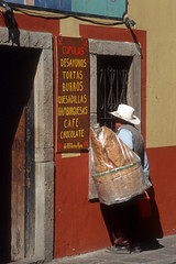 Selling Chicharon (the shot of life) Tags: restaurants chicharon guanojuato mexikomexico handeltrade lateinamerikalatinamerica strasenszenestreetscene essenundtrinkeneatinganddrinking