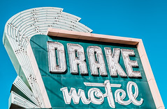 Drake Motel (TooMuchFire) Tags: signs sign vintage typography nashville tennessee motel retro signage americana typeface motels vintagesigns vintageneonsign vintageneonsigns vintagesignage retrosign americansigns retrosigns drakemotel 420murfreesboropikenashvilletn