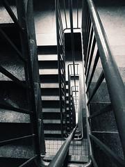 Les escaliers.. (fourmi_7) Tags: building up concrete sad go nb triste staircase lower btiment immeuble escaliers bton tages monter descendre