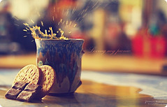 Loving my picnic (Yavanna Warman {off}) Tags: coffee caf 50mm droplets cafe picnic dof bokeh chocolate drop gotas snack biscuits splash gotitas galletas merienda yavanna cookiesplash yavannawarman