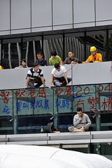Lau Chi-yan mate les news, histoire de voir si l'on parle de lui! (XavierParis) Tags: china hongkong nikon asia asie xavier xavi chine hernandez wanchai iberica actu faitdivers 20112011 d700 xavierhernandez xyber75 lauchiyan xavierhernandeziberica