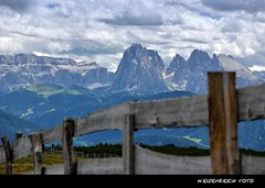 Drama in den Dolomiten (H. Eisenreich Foto) Tags: sky alps berg clouds fence prime photo ic nuvola foto fotografie image south hans award himmel wolken cielo heike getty grupo alpen zaun landschaft alto alpi sella tyrol dolomites dolomiti 2012 reise sdtirol bolzano valla gruppe bozen adige gettyimage dolomiten sasso plattkofel lungo langkofel recinto reisefotografie villandro villanders poststrasse villanderer landschaftsfotografie schmidmhlen flickraward eisenreich reisefoto eijomian landschftsfoto